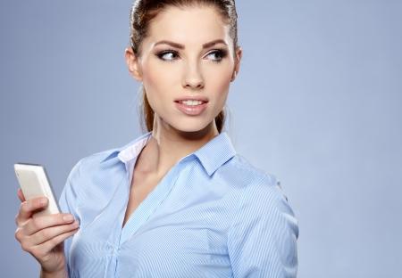 belles jambes: jeune femme parlant au téléphone en studio