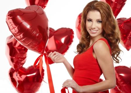 palloncino cuore: donna con palloncino cuore rosso su sfondo bianco Archivio Fotografico