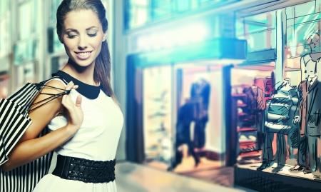 chicas de compras: Hermosa mujer de compras en un centro comercial empate