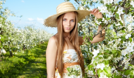 sch�ne Blondine in einem Fr�hlingsgarten photo