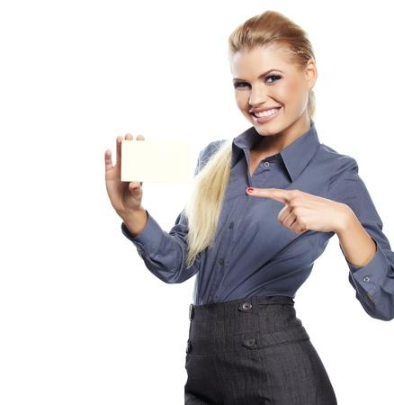 tarjeta visa: Mujer rubia feliz que muestra la tarjeta de cr?to en blanco. Foto de archivo