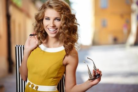 mujer: Sonrisa de la mujer de compras en París Foto de archivo
