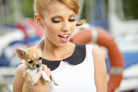 mujer con perro: Mujer de moda con poco chihuahua exterior
