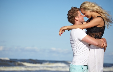 young lovers: Close up portrait of romantic kiss on beach   Stock Photo