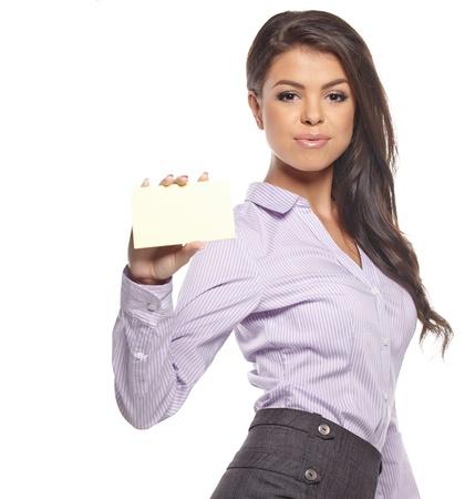 ビジネス カード若いカジュアルな笑みを浮かべて女白い背景で隔離された空白の名刺の署名を表示