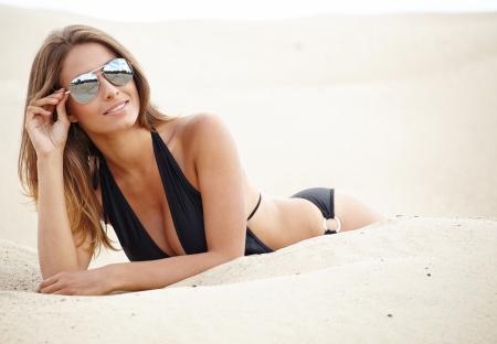 naaktstrand: Sexy mooi meisje zonnebaden op het zandstrand - vakantie vakanties Stockfoto