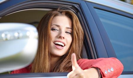 positivismo: Sonriente mujer joven y bonita en el coche Foto de archivo