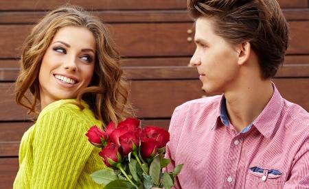 jovenes enamorados: Cerrar un retrato de la atractiva pareja joven en otoño de color Foto de archivo