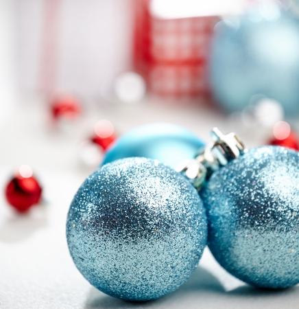 Kerst decoratie, blauwe bal op een witte achtergrond