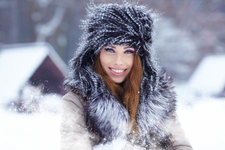 jolie fille: Attractive jeune femme en hiver en plein air