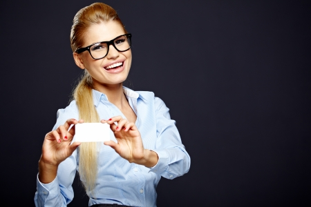 tarjeta visa: Mujer rubia feliz que muestra la tarjeta de crédito en blanco Foto de archivo