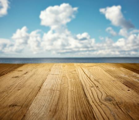 madera r�stica: mesa de madera en la playa Foto de archivo