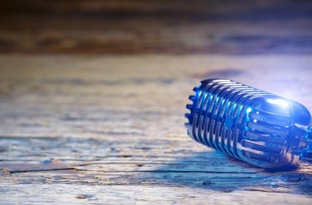 microfono antiguo: Micrófono de estilo retro en mesa de madera vieja o de la etapa