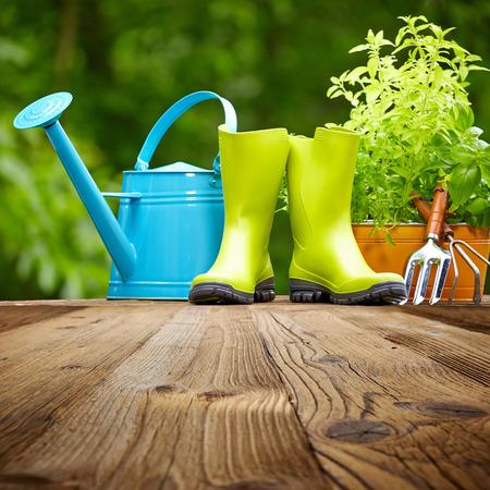 古い木製のテーブルの上の屋外の園芸工具