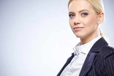검은 양복 비즈니스 여자, 회색 배경에 고립