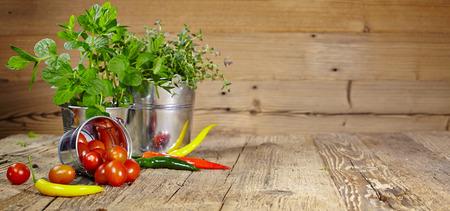 cebollin: Los tomates, cebollinos y chiles en una mesa de madera