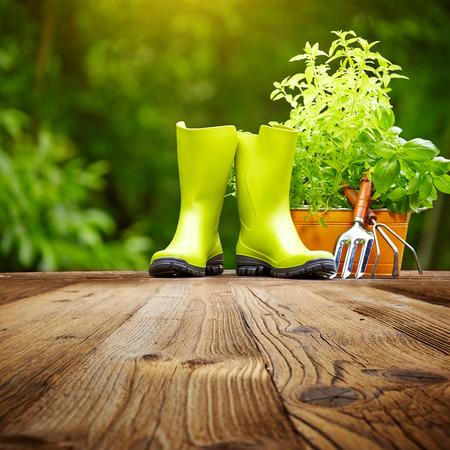 Outdoor-Gartengeräte auf alten Holztisch Standard-Bild - 26606503