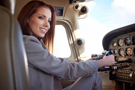 航空機: 軽飛行機の飛行のための準備の女性パイロット
