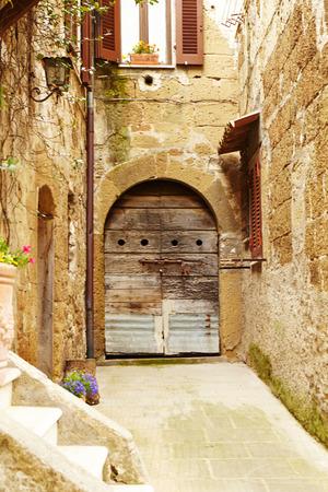 vintage: Vintage straat versierd met bloemen, Toscane, Italië