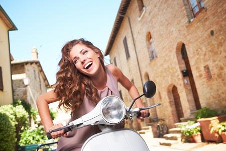 Italiaanse vrouw op een scooter in de straten van de Toscaanse stad BW shoot