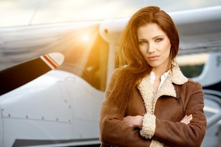 piloto de avion: Retrato de mujer hermosa aviador en el aeropuerto