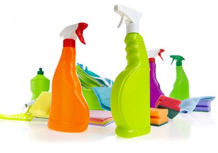 productos quimicos: Producto de limpieza de contenedores de plástico para limpiar la casa en el fondo blanco