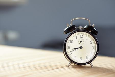 Retro sveglia su reception sfondo grigio muro