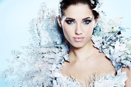fantasy makeup: Mujer joven en la imagen creativa de plata maquillaje artístico.
