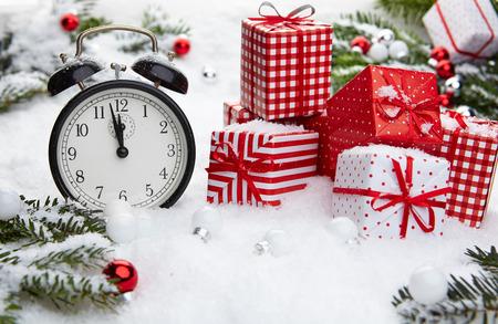 Wecker mit Schnee und Weihnachtsschmuck Standard-Bild - 33676654