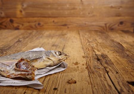 oude krant: Russische snack. Gedroogde vis op oude kranten
