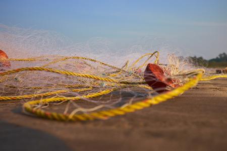redes de pesca: redes de pesca en la arena