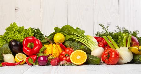 verduras verdes: Frutas y legumbres raya en mesa de madera blanca vieja Foto de archivo