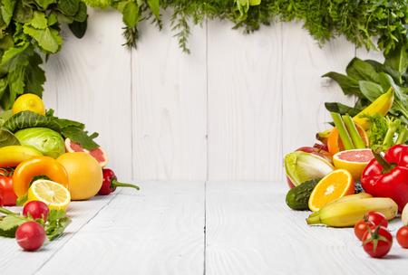 verduras: marco con verduras orgánicas frescas y frutas sobre fondo de madera Foto de archivo
