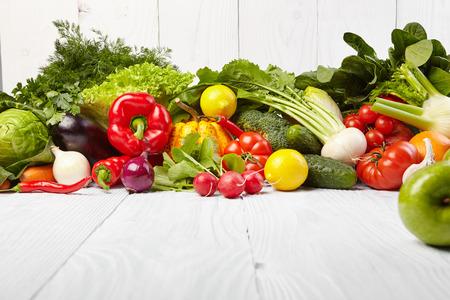 Marco con verduras orgánicas frescas y frutas sobre fondo de madera Foto de archivo - 36162447