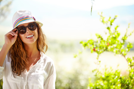 Smiling summer woman with hat and sunglasses Archivio Fotografico