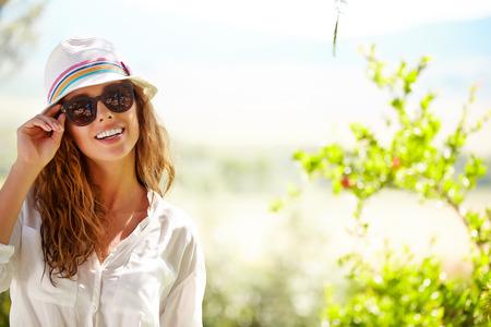 Sourire, femme d'été avec chapeau et des lunettes de soleil