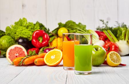 rainbow cocktail: Varios jugos vegetales Reci�n para Detox Foto de archivo