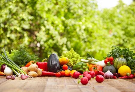 庭の木製のテーブルの上の新鮮な有機野菜 ane 果物