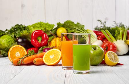 zumo verde: Varios jugos vegetales Reci�n para Detox Foto de archivo