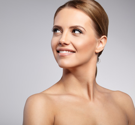 Natural Beauty Portrait. Schöne Spa Frau. Perfekte frische Haut.