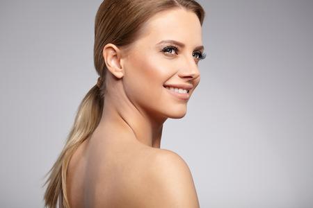 jeune fille: Natural Beauty Portrait. Belle femme Spa. Peau douce parfaite.