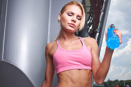 sediento: Mujer deportiva Thirsty agua potable despu�s del entrenamiento Foto de archivo