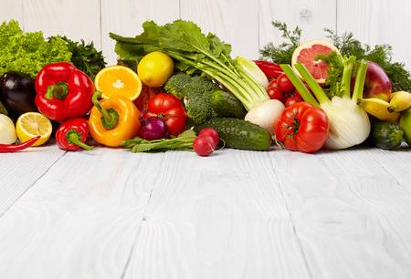 owocowy: Owoce i warzywa Owoce i granice graniczy warzyw na drewnianych tabeli Zdjęcie Seryjne