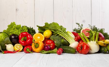 alimentos sanos: Frutas y verduras Frutas y limita con las fronteras de verduras en la mesa de madera Foto de archivo