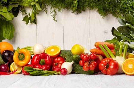 l�gumes vert: Fruits et l�gumes borde fruits et l�gumes fronti�res sur la table de bois