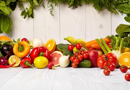 comiendo frutas: Frutas y verduras Frutas y limita con las fronteras de verduras en la mesa de madera Foto de archivo