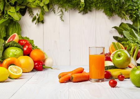 verre de jus d orange: jus de l�gumes sains pour se rafra�chir et comme un antioxydant Banque d'images