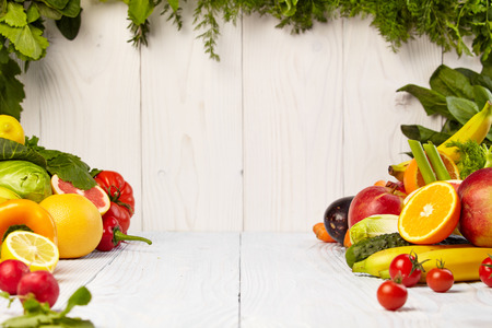 verduras: Frutas y verduras Frutas y limita con las fronteras de verduras en la mesa de madera Foto de archivo
