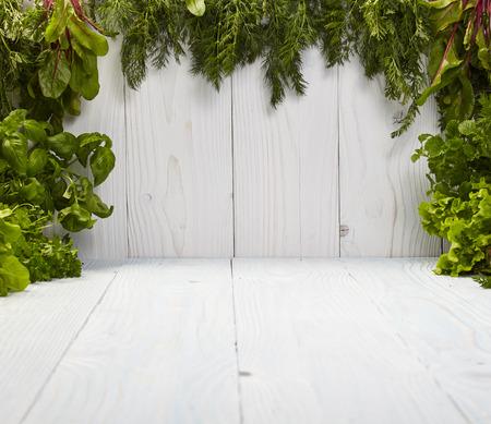 hojas parra: Marco verde sobre pizarras blancas hechas de hierbas Foto de archivo