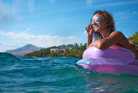 Mädchen auf einer Matratze in der Adria schwimm Lizenzfreie Bilder - 37234416